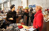 Nederland  Amsterdam  2016. Beurs Meesterlijk.  Design and Crafts. Van 25 november tot  27 november presenteren 125 ontwerpers hun werk in de Zuiveringshal op het terrein van de Westergasfabriek. Meubelmakers, mode-designers, edelsmeden, glaskunstenaars, hoeden-en schoenenontwerpers, fooddesigners en leerbewerkers verkopen hun producten.  Hoeden van Mirjam Nuver. Foto Berlinda van Dam /  Hollandse Hoogte