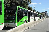 SAO PAULO,07 DE MAIO DE 2012 - PARALISACAO ONIBUS AV FRANCISCO MATARAZZO - Motoristas de onibus em paralisacao na Av Francisco Matarazzo protestam contra radares de velocidade descalibrados. Segundo eles, muitos acumulam multas injustas e nao conseguem recorrer junto aos orgaos responsaveis. FOTO: ALEXANDRE MOREIRA - BRAZIL PHOTO PRESS