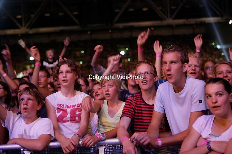 """Foto: VidiPhoto..ARNHEM - Met 32.000 enthousiaste jongeren was zaterdag stadion Gelredome in Arnhem tot de nok toe gevuld. De EO-jongerendag stond dit jaar in het teken van """"Dream Bigger""""; een droom om de wereld te veranderen. De dag stond naast een tweetal korte lezingen; stijf van de show en muziek; van praise tot """"vette powerpunk."""" Een van de hoogtepunten was het optreden van X6; de smaakmakers van de X-factor."""