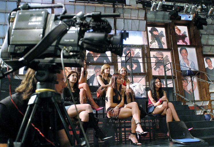 """Cologno Monzese (MI), studi Mediaset, casting per le nuove """"veline""""."""
