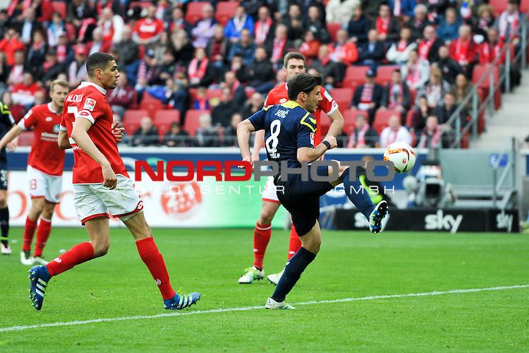 17.04.2016, Coface-Arena, Mainz, GER, 1. FBL, 1. FSV Mainz 05 vs. 1. FC Koeln, im Bild: Milos Jojic (#8, 1. FC Koeln) trifft zum 2:2, Leon Balogun (#3, FSV Mainz) steht zu weit weg<br /> <br /> Foto &copy; nordphoto / Fabisch