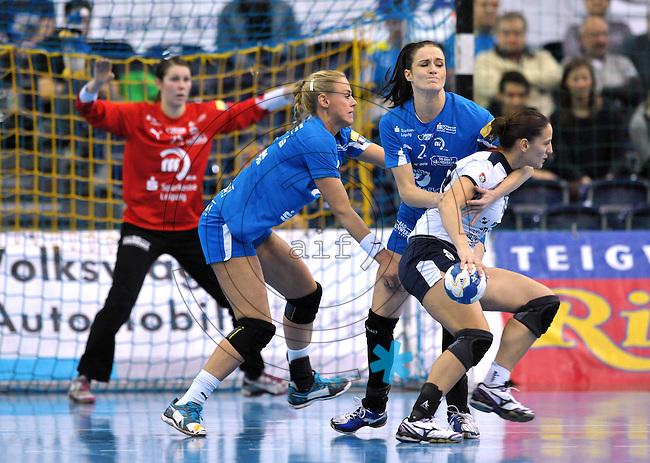 Handball Frauen Champions League 2013/14 - Handballclub Leipzig (HCL) gegen RK Krim Ljubljana am 13.10.2013 in Leipzig (Sachsen). <br /> IM BILD: Daniela de Oliveira Piedade (Krim) wird von Karolina Szwed Örneborg / Oerneborg (HCL) und Maura Visser (HCL) angegriffen. Im Hintergrund: HCL Torfrau Julia Plöger / Ploeger <br /> Foto: Christian Nitsche / aif