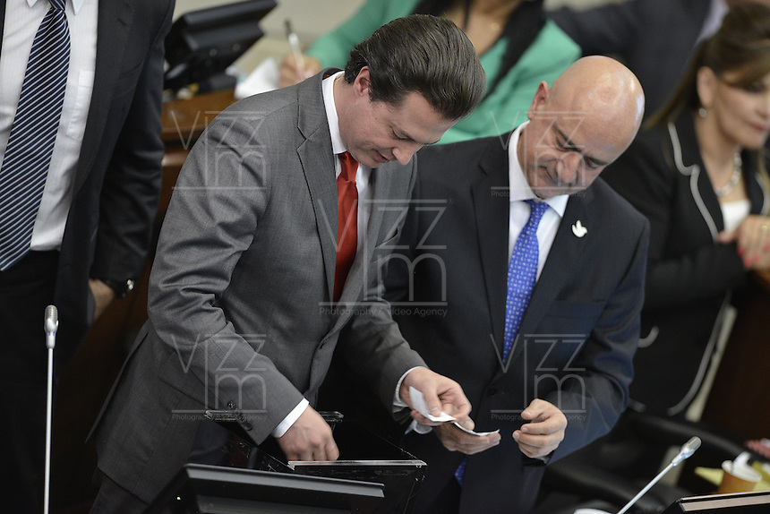 BOGOTA -COLOMBIA. 20-07-2014. Juan Manuel Galán (Izq) jurado para la votación de presidente del Senado durante la plenaria del Senado después de la instalación del Congreso de la República de Colombia por parte del presidente, Juan Manuel Santos en el Salón Elíptico del Capitolio Nacional./ Juan Manuel Galan (L)  juries to the voting to president of the Senate during the Senate plenary after the installation of the Congress of the Republic of Colombia by the president, Juan Manuel Santosat Salon Eliptico in the National Capitol. Photo: VizzorImage/ Gabriel Aponte / Staff