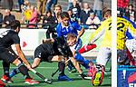 UTRECHT - Floris van der Linden (HGC) met Robbert Kemperman (Kampong) en Sam van der Ven (HGC)  tijdens de hoofdklasse  hockeywedstrijd heren, Kampong-HGC (3-3) . COPYRIGHT KOEN SUYK