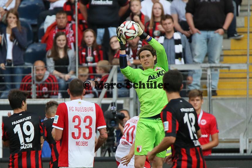 Marwin Hitz (Augsburg) hat den Ball - Eintracht Frankfurt vs. FC Augsburg, Commerzbank Arena