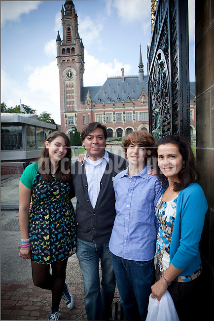 Enrique Bravo-Valdes and his family (Valentina Bravo (left),Ladan Jarvis (partner,right) and her son Maziar Jarvis) standing in front of the Peace Palace (International Criminal Court) in the Hague. Foto: Jan-Joseph Stok..