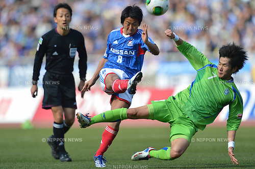 Kosuke Nakamachi (F Marinos),  Han Kook Young (Bellmare), MARCH 2, 2013 - Football / Soccer : 2013 J.League Division 1,1st Sec between Yokohama F Marinos 4-2 Shonan Bellmare at Nissan Stadium, Kanagawa, Japan. (Photo by Jun Tsukida/AFLO SPORT) [0003]