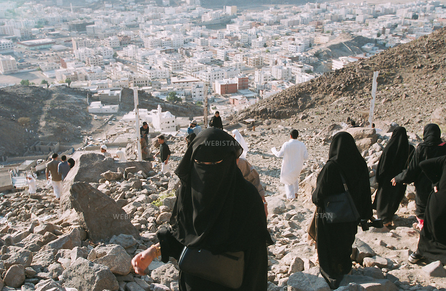 2001. Saudi Arabia. Jabal al-Nur. Pilgrims on Mount Hira, near Mecca, during the Hajj. Arabie saoudite. Jabal al-Nur. Pèlerins sur le Mont Hira, près de la Mecque, pendant le Hadj.