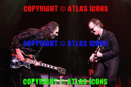 Joe Bonamassa with Jimmy McCarty, live, 2013 ,Ken Settle/atlasicons.com
