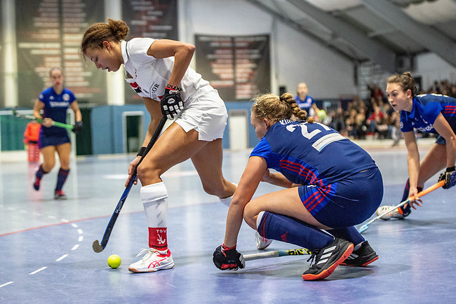 Mannheim, Germany, January 03: During the 1. Bundesliga women indoor hockey match between TSV Mannheim and Mannheimer HC on January 3, 2020 at Primus-Valor Arena in Mannheim, Germany. Final score 4-4. (Photo by Dirk Markgraf / www.265-images.com) *** Tara Duus #17 of TSV Mannheim, Stine Kurz #27 of Mannheimer HC