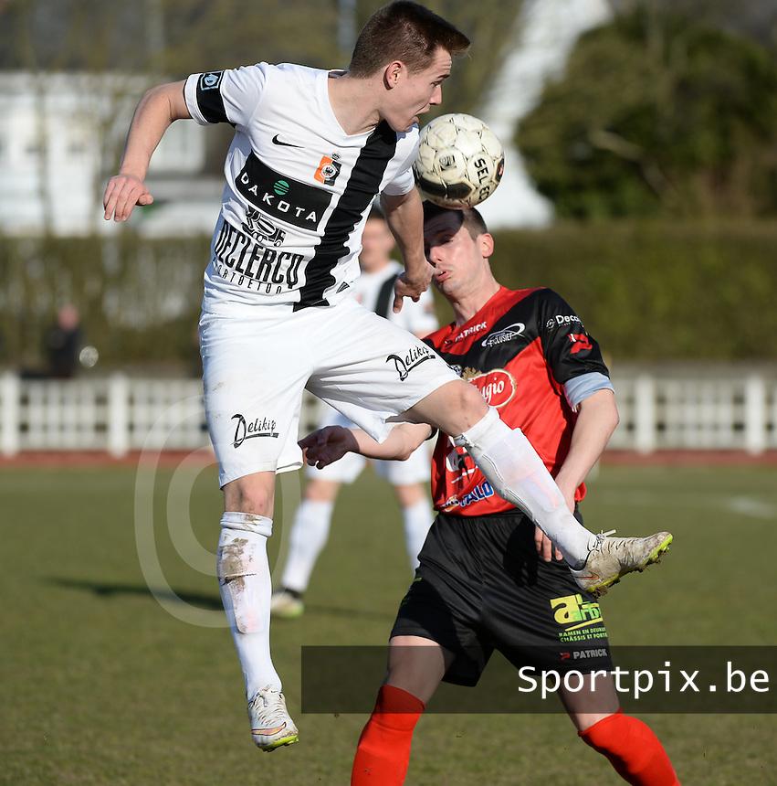 KFC Izegem - SK Deinze : duel tussen Mathias Schamp (links) en Wim Vandoorne (r) <br /> foto VDB / BART VANDENBROUCKE