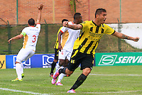 FLORIDABLANCA -COLOMBIA, 11-02-2015.  Luis Espinola (Der) jugador de Alianza Petrolera celebra un gol anotado a Aguilas Pereira durante encuentro  por la fecha 3 de la Liga Aguila I 2015 disputado en el estadio Alvaro Gómez Hurtado de la ciudad de Floridablanca./ Luis Espinola (R) player of Alianza Petrolera celebrates a goal scored to Aguilas Pereira during match for the third date of the Aguila League I 2015 played at Alvaro Gomez Hurtado stadium in Floridablanca city Photo:VizzorImage / Duncan Bustamante / STR