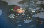 Foto: VidiPhoto..RESSEN - Duikers van duikvereniging Thalassa uit Amersfoort zijn zaterdag aan het ijsduiken in een plas bij het Betuwse Ressen. Voor Ressen werd gekozen omdat daar geen schaatsers op het ijs waren. IJsduiken kan maar zelden in Nederland worden beoefend en is niet zonder gevaar. Vorige week kwam een 54-jarige man uit Best om het leven toen hij tijdens het ijsduiken bij Nuenen een hartstilstand kreeg.