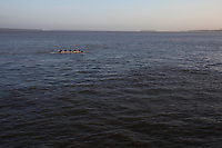 Diversos tipos de embarca&ccedil;&atilde;o come&ccedil;am o dia transportando cargas, passageiros, pescadores e desportistas remadores pelas &aacute;guas da baia do Guajar&aacute; as margens do munic&iacute;pio de Bel&eacute;m.<br /> Bel&eacute;m, Par&aacute;, Brasil.<br /> Foto Paulo Santos<br /> 09/2014