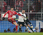 20.02.2018, Allianz Arena, München, GER, UEFA CL, FC Bayern München (GER) vs Besiktas Istanbul (TR) , im Bild<br />Robert Lewandowski (München), Gary Medel (Instanbul)<br /><br /><br /> Foto © nordphoto / Bratic
