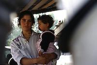 ITALIA Torino  Campo nomadi Rom  (Campo dell'Arrivore, 2001) una giovane donna tiene in braccio una bambina