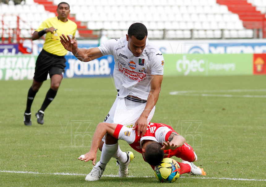MANIZALES -COLOMBIA, 06-04-2014. Juan Camilo Perez (Izq) de Once Caldas disputa el balón con jugador (Der) de Independiente Santa Fe por la fecha 15 de la Liga Postobón I 2014 jugado en el estadio Palogrande de la ciudad de Manizales./ Once Caldas player Juan Camilo Perez  (L) fights for the ball with Independiente Santa Fe player (R) during match for the 15th date of the Postobon  League I 2014 at Palogrande stadium in Manizales city. Photo: VizzorImage/Santiago Osorio/STR