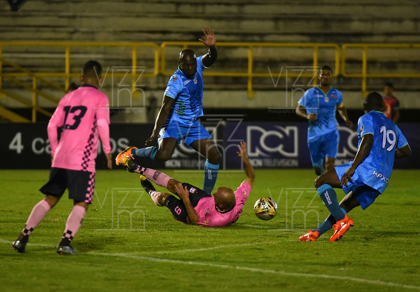 TUNJA - COLOMBIA -18 -07-2016: Edwards Jimenez (Der.) jugador de Boyaca Chico FC disputa el balón con Darwin Lopez (Izq.) jugador de Jaguares FC, durante partido Boyaca Chico FC y Jaguares FC, de la fecha 4 de la Liga Aguila II-2016, jugado en el estadio La Independencia de la ciudad de Tunja. / Edwards Jimenez (R) player of Boyaca Chico FC vies for the ball with Darwin Lopez (L) jugador of Jaguares FC, during a match Boyaca Chico FC and Jaguares FC, for the date 4 of the Liga Aguila II-2016 at the La Independencia  stadium in Tunja city, Photo: VizzorImage  / Cesar Melgarejo / Cont.