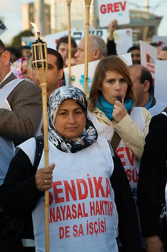 Journalistenstreik in Istanbul<br />Etwa 4-500 Menschen demonstrierten am Samstag den 2. Mai 2009 in Istanbul gegen die Entlassungen von gewerkschaftlich organisierten Journalisten bei der Wochenzeitung Sabah. Die Journalisten haben versucht in der Wochenzeitung eine gewerkschaftliche Vertretung zu organisieren. Fuer eine solche Organisierung muessen 51% der Belegschaft Mitglied in einer Gewerkschaft sein, vorher ist gewerkschaftliches Handeln illegal. Das werben fuer eine Gewerkschaft innerhalb eines Betriebs ist ebenfalls illegal.<br />Die Journalisten streiken gegen die Entlassungen bereits seit dem 12. Februar 2009<br />2.5.209, Istanbul<br />Copyright: Christian-Ditsch.de<br />[Inhaltsveraendernde Manipulation des Fotos nur nach ausdruecklicher Genehmigung des Fotografen. Vereinbarungen ueber Abtretung von Persoenlichkeitsrechten/Model Release der abgebildeten Person/Personen liegen nicht vor. NO MODEL RELEASE! Nur fuer Redaktionelle Zwecke. Don't publish without copyright Christian-Ditsch.de, Veroeffentlichung nur mit Fotografennennung, sowie gegen Honorar, MwSt. und Beleg. Konto: I N G - D i B a, IBAN DE58500105175400192269, BIC INGDDEFFXXX, Kontakt: post@christian-ditsch.de<br />Bei der Bearbeitung der Dateiinformationen darf die Urheberkennzeichnung in den EXIF- und  IPTC-Daten nicht entfernt werden, diese sind in digitalen Medien nach &sect;95c UrhG rechtlich geschuetzt. Der Urhebervermerk wird gemaess &sect;13 UrhG verlangt.]