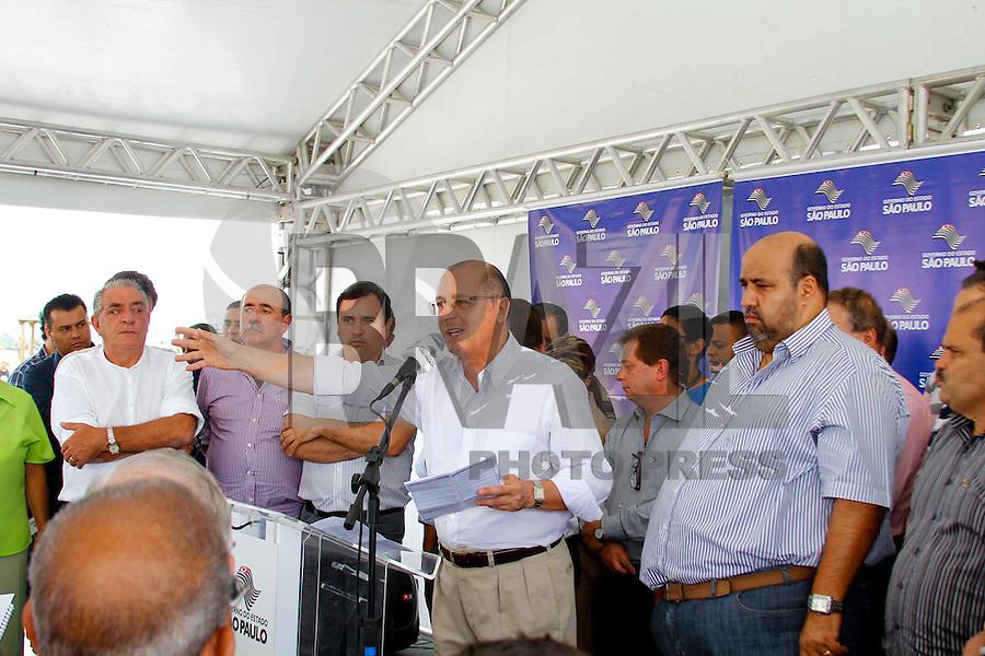 CARAPICUIBA, SP, 02 DE MARÇO DE 2013 - POUPATEMPO CARAPICUIBA - O governador de Sao Paulo Geraldo Alckmin durante anúncio da implantação do Poupatempo em Carapicuíba no  Parque Gabriel Chucre em Carapicuíba na grande São Paulo, neste sábado, 02. (FOTO: ISABELLE ANDRADE / BRAZIL PHOTO PRESS).
