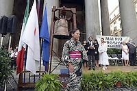 Roma 6 Agosto 2012..Piazza della Rotonda al Pantheon.Il il Comitato 'Terra e Pace' presieduto dall'onorevole Athos De Luca, ricorda le 250.000 vittime provocate dalla bomba atomica sganciata dagli americani sulla citta giapponese di Hiroshima durante la II guerra mondiale il 6 Agosto 1945 .