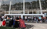 NAPOLI AEROPORTO DI CAPODICHINO.TURISTI IN ATTESA .FOTO CIRO DE LUCA