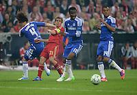 FUSSBALL   SAISON 2011/2012   CHAMPIONS LEAGUE FINALE FC Bayern Muenchen - FC Chelsea  19.05.2012 Einer gegen alle: Bastian Schweinsteiger (2.v.l., FC Bayern Muenchen) gegen David Luiz, John Obi Mikel und Ryan Bertrand (v.l., alle FC Chelsea)