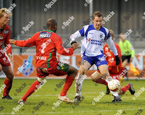 2010-12-12 / Voetbal / seizoen 2010-2011 / KSK Heist - KV Oostende / Luissint met Jan Hendrickx (r, Heist)..Foto: Mpics