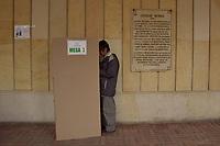 BOGOTA - COLOMBIA, 17-06-2018: Colombianos ejercen su derecho al voto durante la segunda vuelta de las elecciones presidenciales de Colombia 2018 hoy domingo 17 de junio de 2018. El candidato ganador gobernará por un periodo máximo de 4 años fijado entre el 7 de agosto de 2018 y el 7 de agosto de 2022. / Colombians exercise their right to vote during Colombia's second round of 2018 presidential election today Sunday, June 17, 2018. The winning candidate will govern for a maximum period of 4 years fixed between August 7, 2018 and August 7, 2022. Photo: VizzorImage / Nicolas Aleman / Cont