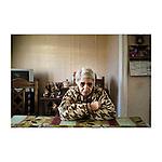 Je suis avec Bahija, elle est marocaine et vit depuis quelques années à Villaine la Juhel.  Elle fait des ménages chez les personnes âgées. Elle a eu du mal au début à se faire accepter en tant que Marocaine mais maintenant tout le monde l'adore. Pour se faire aimer, elle a dû travailler plus que ce qu'on lui demandait. Maintenant elle boit de l'alcool, fume son paquet de clopes et vote Front national. Elle m'emmène faire la tournée de toutes les retraitées pour qui elle travaille. Anciennes ouvrières agricoles au minimum vieillesse, retraitées de MPO, cette entreprise de fabrication de DVD qui embauchait énormément de monde dans la région. La direction a pensé à une reconversion dans les panneaux solaires mais face à la concurrence chinoise, elle hésite encore. Elle attend la position du gouvernement sur d'éventuelles subventions. En attendant, elle licencie en masse.