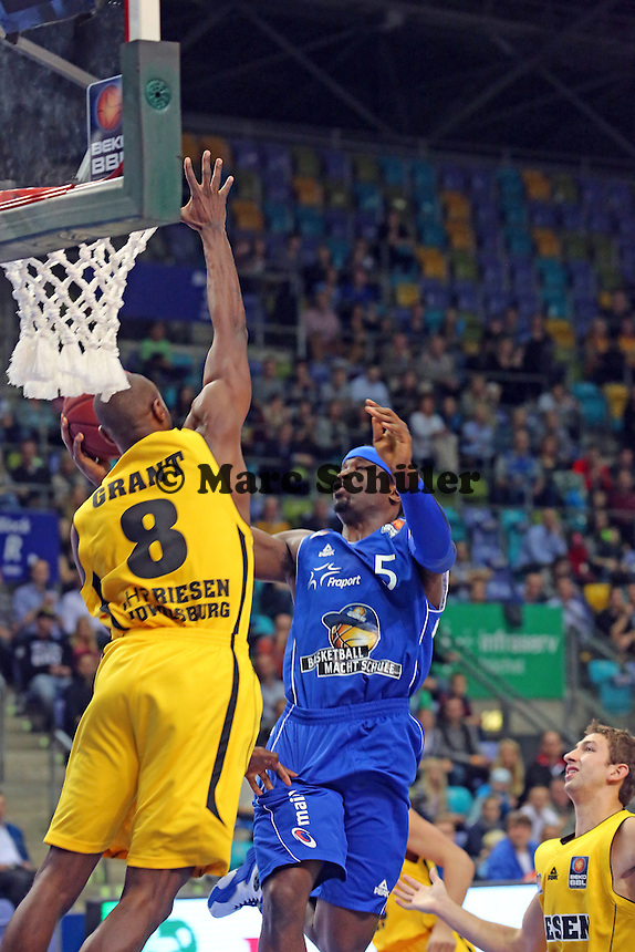Dawan Robinson (Skyliners) gegen Keaton Grant (Ludwigsburg) - Fraport Skyliners vs. MHP Riesen Ludwigsburg, Fraport Arena Frankfurt
