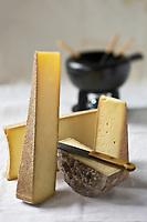 Gastronomie/ Fromages des Savoies pour la fondue savoyarde: AOP Beaufort, AOP Comté, AOP Abondance et Tomme de Savoie