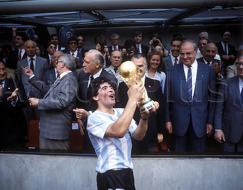 29.06.1986. Estadio Azteca, Mexico City, Mexico. FIFA World Cup final, Germany versus Argentina. Diego Armando Maradona presents World Cup trophy to the fans in front of Federal Chancellor Helmut Kohl  Germany 2 and President Miguel de La Madrid Hurtado Mexico
