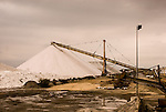 """Camargue-Aigues Mortes. Una volta raccolto il sale viene portato all'impianto di raffinamento per una pulizia. Poi tramite nastri viene accumulato nelle """"camelle""""."""
