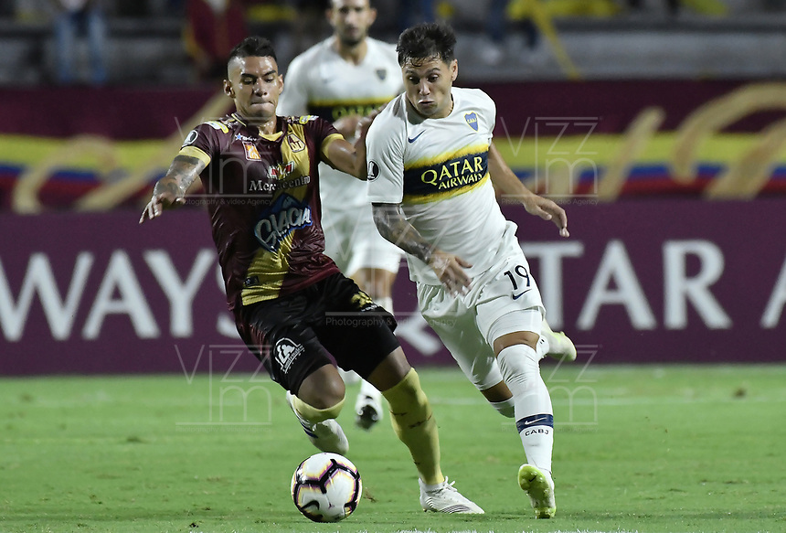 IBAGUE - COLOMBIA, 24-04-2019: Yeison Gordillo del Tolima disputa el balón con Mauro Zarate de Boca durante partido por la ronda 4, grupo G, de la Copa CONMEBOL Libertadores 2019 entre Deportes Tolima de Colombia y Boca Juniors de Argentina jugado en el estadio Manuel Murillo Toro de la ciudad de Ibagué. / Yeison Gordillo, of Tolima vies for the ball with Mauro Zarate of Boca during match as part of round 4, group G, of Copa CONMEBOL Libertadores 2019 between Deportes Tolima of Colombia and Boca Juniors of Argentina played at Manuel Murillo Toro stadium in Ibague city. Photo: VizzorImage / Alejandro Rosales / Cont