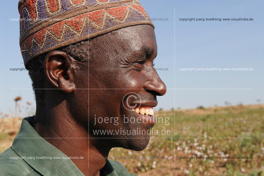 TANZANIA Shinyanga, farmer of organic cotton project biore of swiss yarn trader Remei AG in Meatu district  / TANSANIA, Farmer des biore Biobaumwolle Projekt der Schweizer Remei AG in Meatu