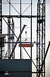 SCHIEDAM - In Schiedam wordt op de werf van Huisman een 50 meter diepe en 66 meter hoge produktiehal opgebouwd door ASK Romein. De assemblagehal die bedoeld is om de offshore constructies van Huisman binnenshuis te monteren, zal volgens dak- en gevelspecialist Erdo de hoogste productiehal van Nederland worden. Vanwege de beperkte ruimte op de bouwplaats, worden de gevelpanelen aan de overzijde van de Wiltonhaven door Erdo in elkaar gezet, om later op locatie te worden ingelezen en gemonteerd. COPYRIGHT TON BORSBOOM