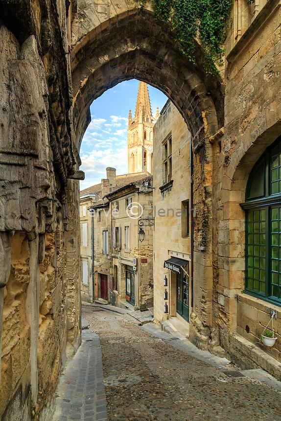 France, Gironde (33), Saint-Émilion, classé Patrimoine Mondial de l'UNESCO, passage rue de la Cadène // France, Gironde, Saint Emilion, listed as World Heritage by UNESCO, Cadene street