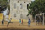 Africa, Afrika, Senegal, 17-09-2011, Dakar, Dakkar, Voor de kust van Dakar ligt het voormalige slaveneiland Isle de Goré. ( Goeree, uit het Nederlands) Tijdens de slavenhandel geregeerd door Nederlanders, en later over genomen door de Fransen.. Ook dit eiland staat op de UNESCO wereld erfgoed lijst. voetbalwedstrijd op het eiland.. foto: michael Kooren/HH