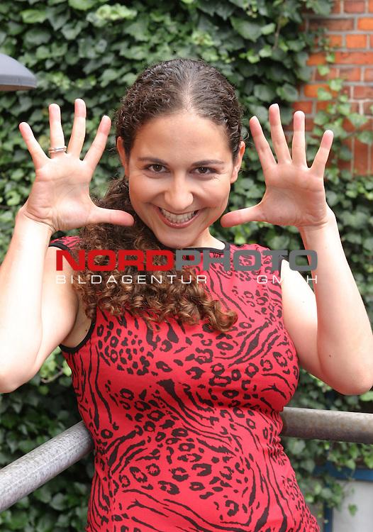 SAT.1: Sketch-Comedy SECHSERPACK, Start der zweiten Staffel am 3.9.2004<br /> Halbkoerper <br /> Darstellerin Shirin Soraya <br /> Foto &copy; nordphoto / Volker Sarbach<br />  *** Local Caption *** Foto ist honorarpflichtig! zzgl. gesetzl. MwSt.<br />  Belegexemplar erforderlich<br /> Adresse: nordphoto<br /> Georg-Reinke-Strasse 1<br /> 49377 Vechta
