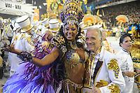 SAO PAULO, SP, 09 FEVEREIRO 2013 - CARNAVAL SP - VAI-VAI - Integrantes da escola de samba Vai Vai durante desfile no primeiro dia do Grupo Especial no Sambódromo do Anhembi na região norte da capital paulista, na madrugada deste sábado, 09.(FOTO: Guilherme Kastner / BRAZIL PHOTO PRESS).