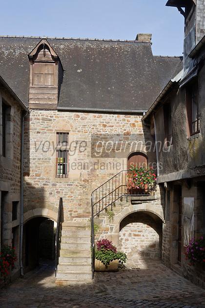 Europe/France/Normandie/Basse-Normandie/50/Villedieu-les-Poêles: Cour du Foyer ou se trouve le Musée du cuivre et de la poeslerie -  Les cours sont bordées de caves et d'ateliers,. Par un escalier extérieur on montait au logement du poêlie