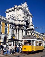 Portugal, Lissabon: Praça do Comércio - Straßenbahn Haltestelle vorm Arco da Rua Augusta | Portugal, Lisbon: Praça do Comércio: tram and Arco da Rua Augusta
