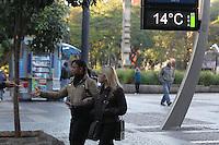 SAO PAULO, SP, 27/05/2014, FRIO. A terca-feira (27) amanheceu gelada em Sao Paulo, na foto pedestres na Pca da Se, regiao central da capital. LUIZ GUARNIERI/BRAZIL PHOTO PRESS