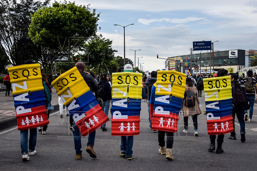 BOGOTA - COLOMBIA, 28-11-2018: Expresiones de protesta son vistas en Bogotá durante la jornada en donde miles de estudiantes nuevamente salen a protestar hoy, 28 de noviembre de 2018, contra el gobierno Duque por la falta de recursos en la educación. / Protest expressions are seen in Bogota during the journey where thousands of student go to the streets to protest today, November 23, 2018, against the central goverment for the lack of bugdget to the education. Photo: VizzorImage / Nicolas Aleman / Cont