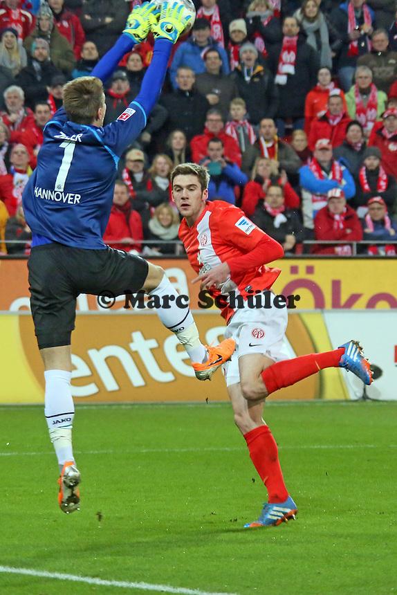 Stefan Bell (Mainz) scheitert gegen Ron Robert Zieler (Hannover) - 1. FSV Mainz 05 vs. Hannover 96, Coface Arena, 21. Spieltag