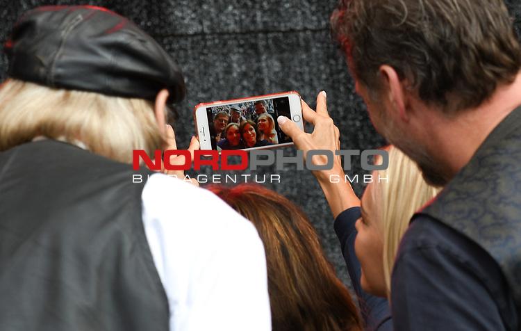 07.07.2019,  Lueneburg, Rote Rosen Fantag,  im Bild Feature die Schauspieler machen Selfies auf der Buehne mit den Fans im Hintergrund Foto © nordphoto / Witke