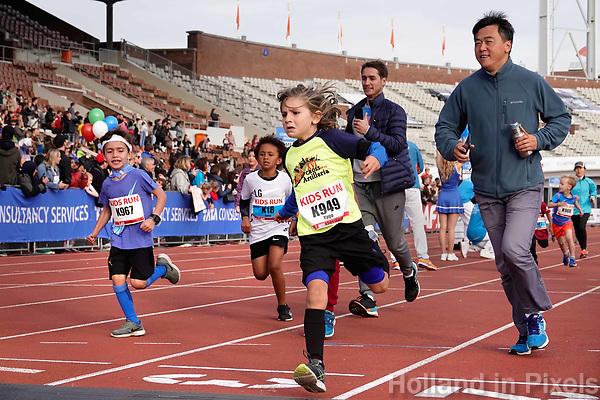 Nederland - Amsterdam - 2018. De Marathon van Amsterdam. Finish van de Kids Run in het Olympisch Stadion. Enkele ouders rennen mee.  Foto mag niet in negatieve / schadelijke context gepubliceerd worden.   Foto Berlinda van Dam / Hollandse Hoogte