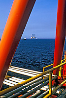 Plataforma de petróleo na bacia de Campos, Rio de Janeiro. 2002. Foto de Ricardo Azoury.