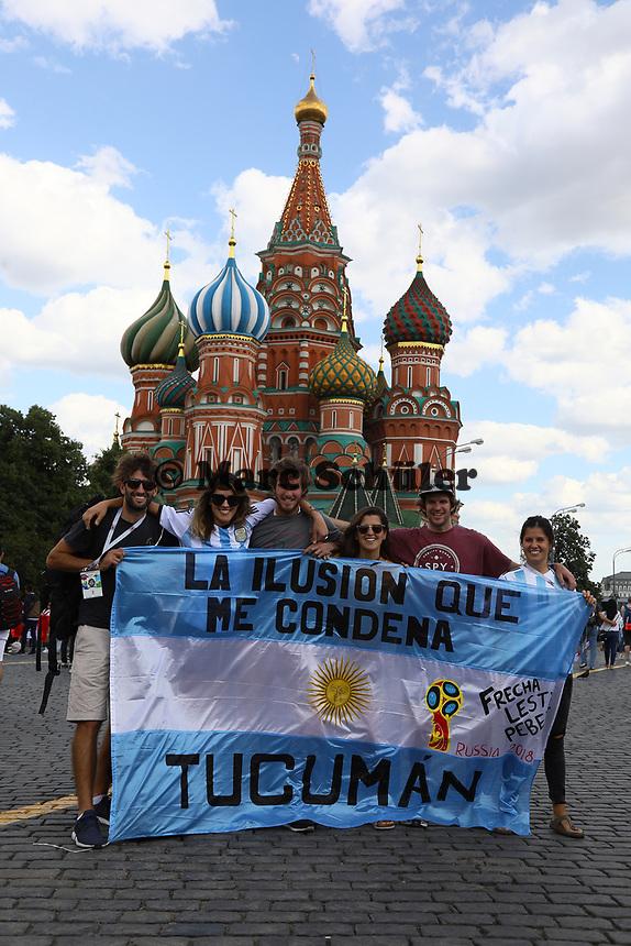 Argentinische Fans an der Basilius Kathedrale am Roten Platz in Moskau - 20.06.2018: Sightseeing Moskau